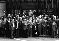 """Nei giorni 22 , 23 e 24 febbraio 1980 il Prof. Schilder ha tenuto un corso teorico pratico di Endodonzia a Firenze, organizzato dalla sezione locale dell'ANDI. Accanto a Schilder sulla destra, sono riconoscibili il Prof. Augusto Pecchioni e il Dr. Giorgio Lavagnoli. In quell'occasione, dopo due giornate passate a parlare tra l'altro di preparazione canalare, di lunghezza di lavoro, di rispetto dell'apice e delle curvature dei canali radicolari, qualcuno durante la dimostrazione pratica sul paziente, vedendo che veniva trattato un dente vitale ma non c'era la minima traccia di sanguinamento dal canale durante la fase di sagomatura, uscì con la seguente domanda: """"Prof. Schilder, how do you control the bleeding?"""" ovverosia """"Prof. Schilder, come fa a controllare così bene il sanguinamento?""""… Chi era presente al corso ricorda ancora le tipiche risate che uscirono dalla bocca del relatore!"""